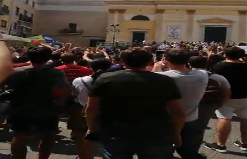 Cava si ribella a Salvini, cori e fischi contro il leader del Carroccio. Il video