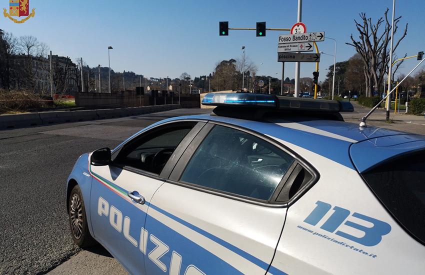 Picchiano e rapinano coppia alla fermata della tramvia: 2 arresti