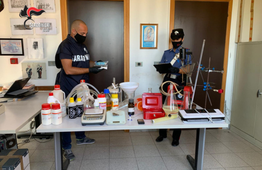 Producevano anfetamina in garage a Conversano, due arrestati in flagranza