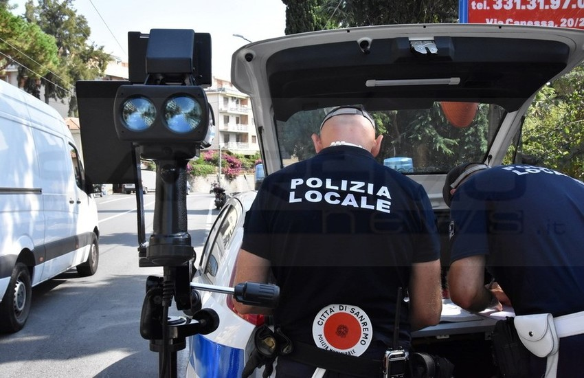 FUGGE DOPO AVER DANNEGGIATO 4 AUTO IN SOSTA: SUBITO RINTRACCIATO DALLA POLIZIA MUNICIPALE