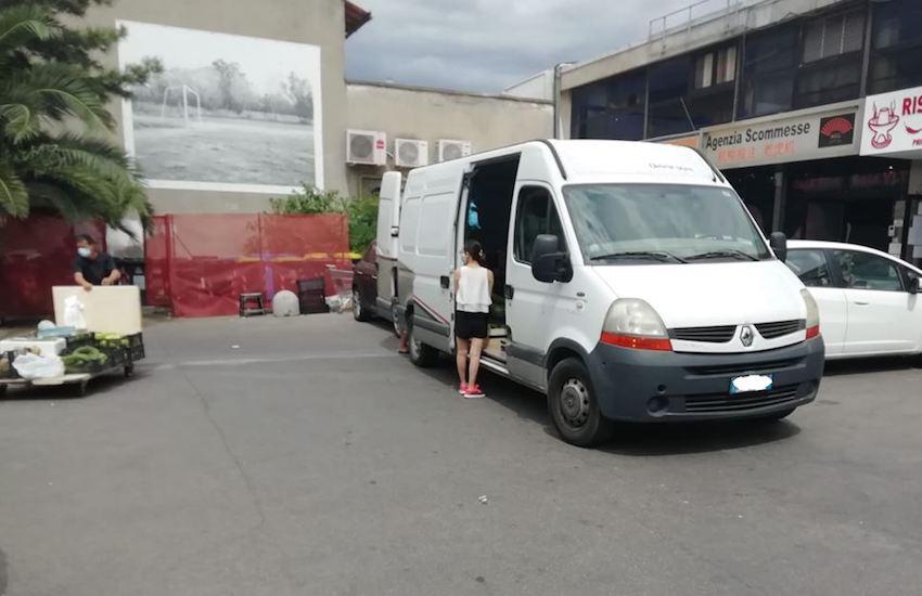 Sequestrato furgone e 44 cassette di verdura per commercio abusivo