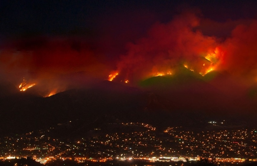 "California, vasto incendio a est di Los Angeles: 7800 persone evacuate, fiamme ""fuori controllo""- Video"