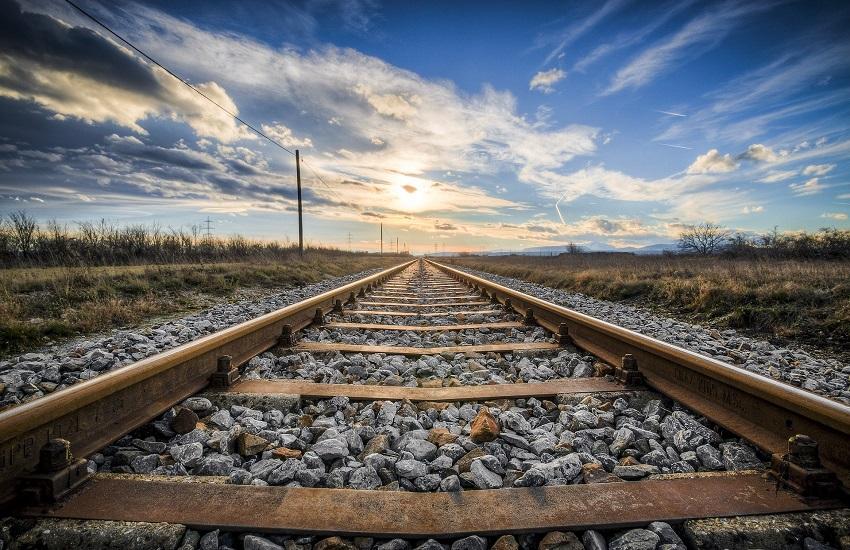 Celano, automobile sui binari: il treno riesce a fermarsi