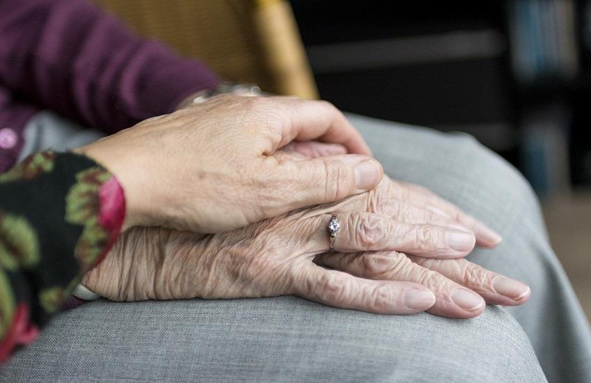 """Coronavirus – L'appello dell'operatore socio-sanitario: """"Non abbondiamo gli anziani alla morte"""""""