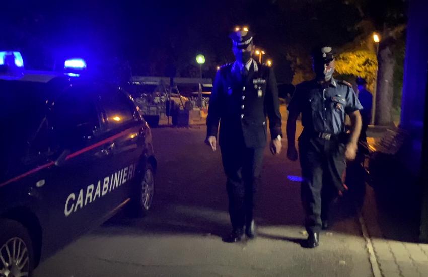 Busseto, cori e fumogeni in piazza Verdi: multe per un gruppo di giovani