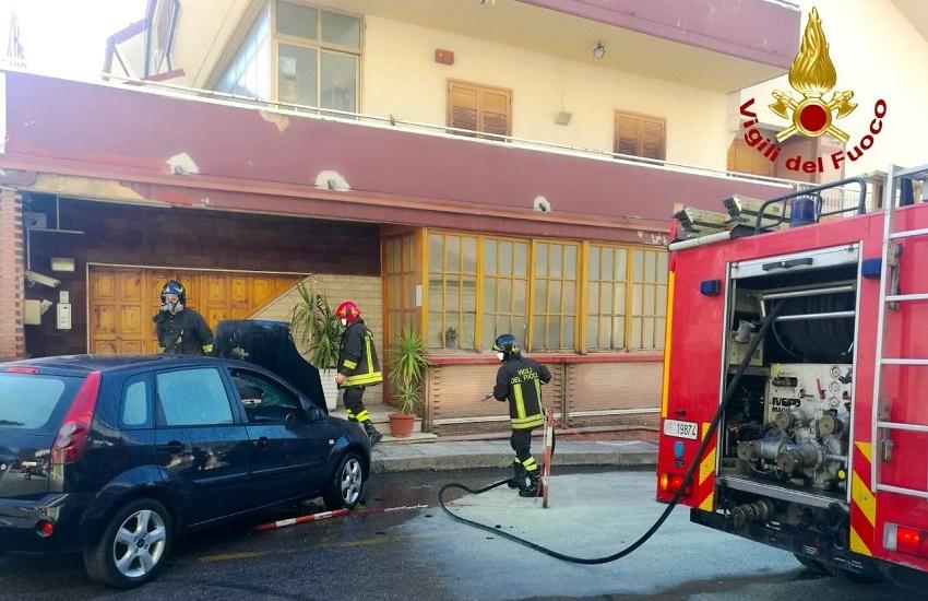 Mercogliano – Prende fuoco una vettura parcheggiata a Torrette, intervento dei vigili del fuoco