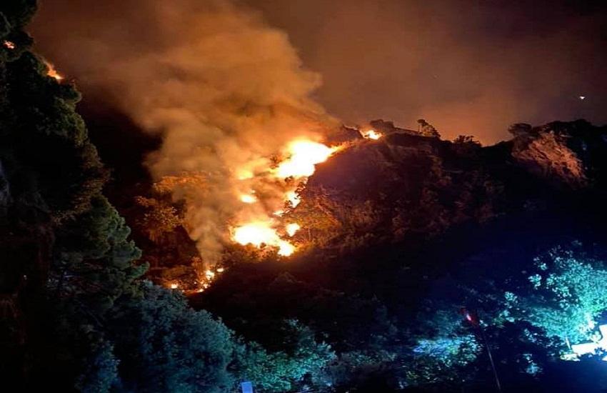 Chiusa al traffico l'Amalfitana, incendio provoca la caduta massi