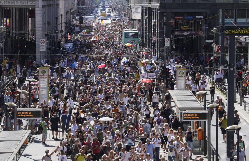 Covid, ci mancavano i negazionisti. Manifestazioni in mezza Europa. Tamponi gratuiti in Francia