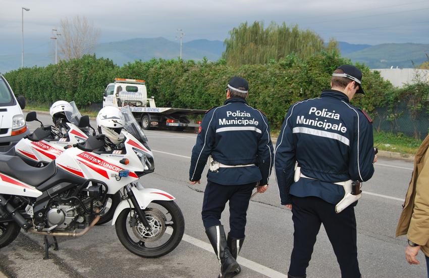 Travolge un ragazzo sul monopattino in via Galcianese e scappa. Rintracciato e denunciato camionista di 60 anni
