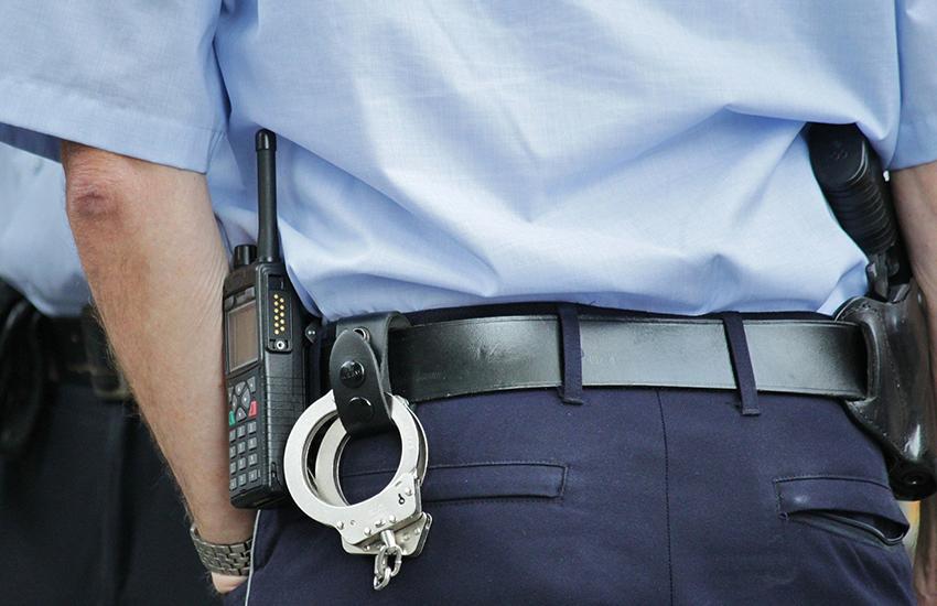 Caserta, 3 rapine aggravate con il convivente e 2 bimbe al seguito: nei guai una donna