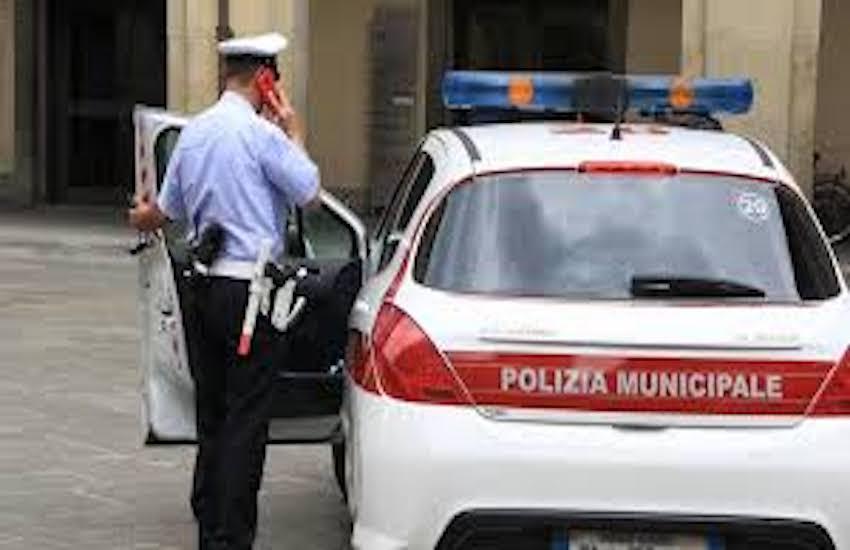 Scappa dopo l'incidente, rintracciato con le telecamere: denunciato e multato per 42 euro