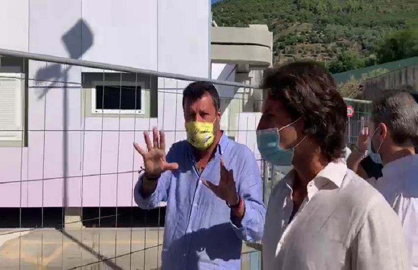 """Salvini visita il Covid Center e attacca De Luca: """"Scherza sulla salute dei campani"""""""