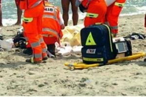 Tragedia in mare, un uomo di 84 anni fa un bagno e muore