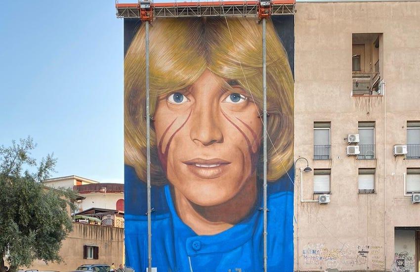 San Pietro a Patierno, completato il murales di Jorit dedicato a Nino D'Angelo