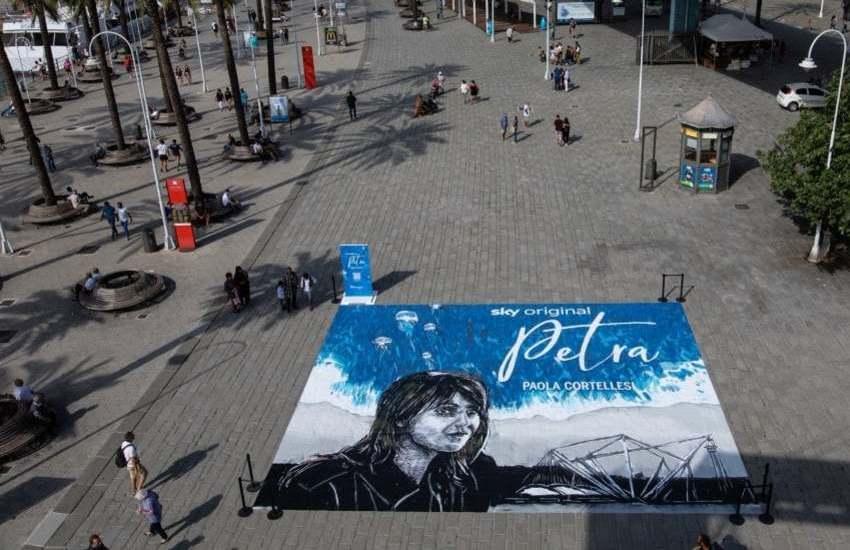 Genova, Paola Cortellesi è Petra: dalla serie tv all'opera di street art al Porto Antico. La Superba protagonista