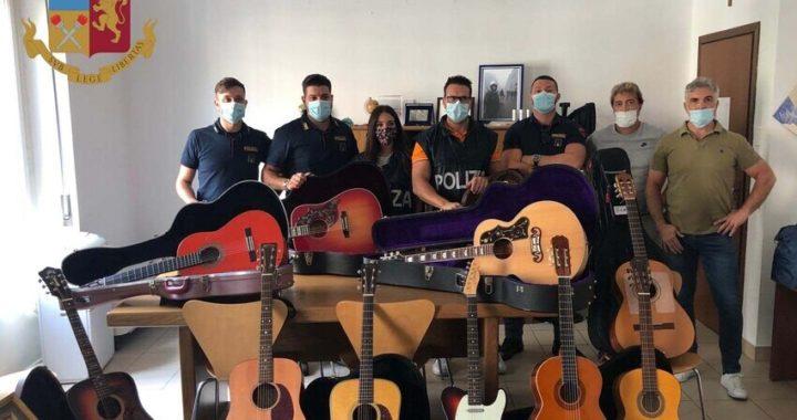 Milano, ruba 11 chitarre da 150mila euro, denunciato le restituisce al proprietario