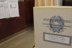Campania, alle regionali, alle ore 23, ha votato il 38,9%. Per il referendum il 42,7%
