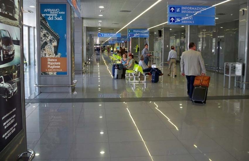 Accompagna moglie e figlia a bordo dell'aereo, ma non ha il biglietto. E all'uscita riceve una multa di 2000 euro
