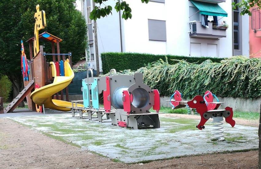 In tutte le scuole e gli asili comunali posizionati nuovi giochi e tappeti antitrauma: verde rimesso a nuovo