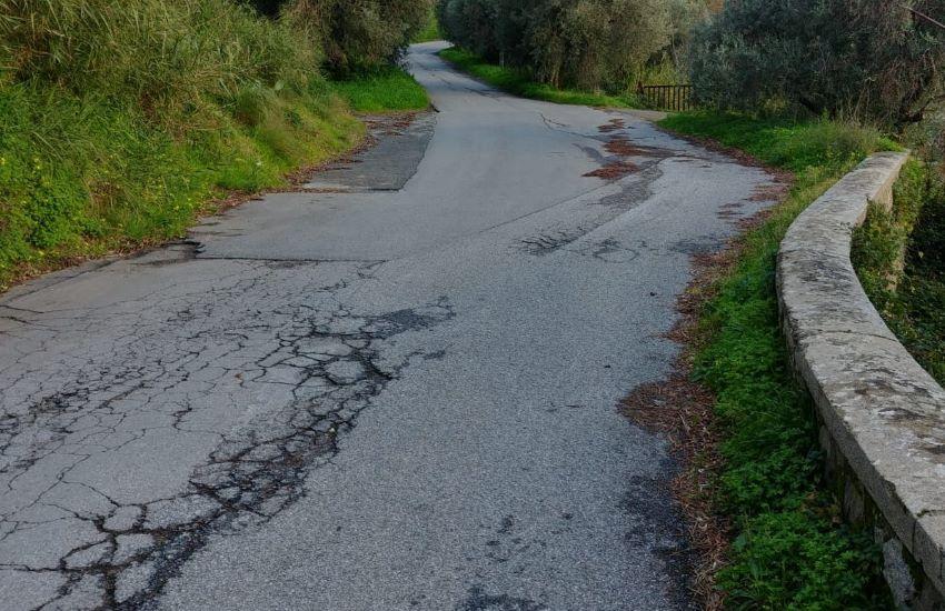 Dissesto idrogeologico, a Gualtieri Sicaminò si allarga la strada per il  cimitero comunale