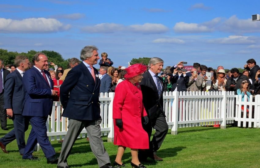 I peccati di gola della Regina Elisabetta, tutti i segreti della Casa Reale mentre si rincorrono le voci sulla possibile abdicazione