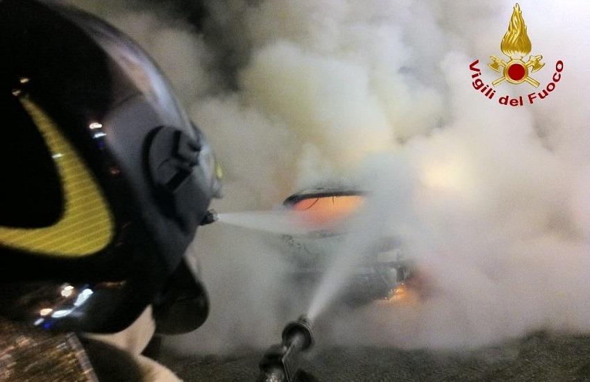 Gesualdo – A fuoco una vettura parcheggiata in via Roma, intervento dei vigili del fuoco