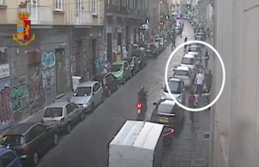 Lite a via Mezzocannone degenera in rissa a piazza Bellini, individuati i due aggressori (VIDEO)