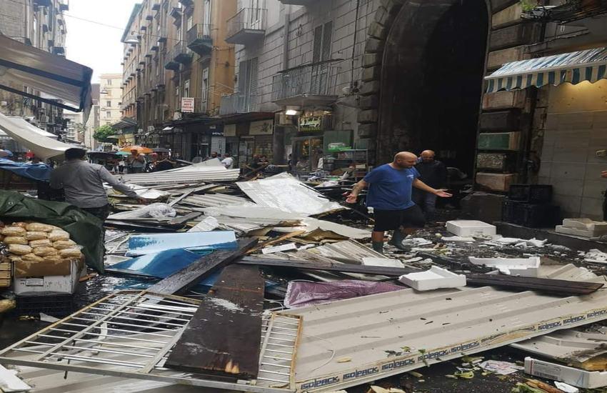 Crolla una tettoia in Pignasecca, tragedia sfiorata