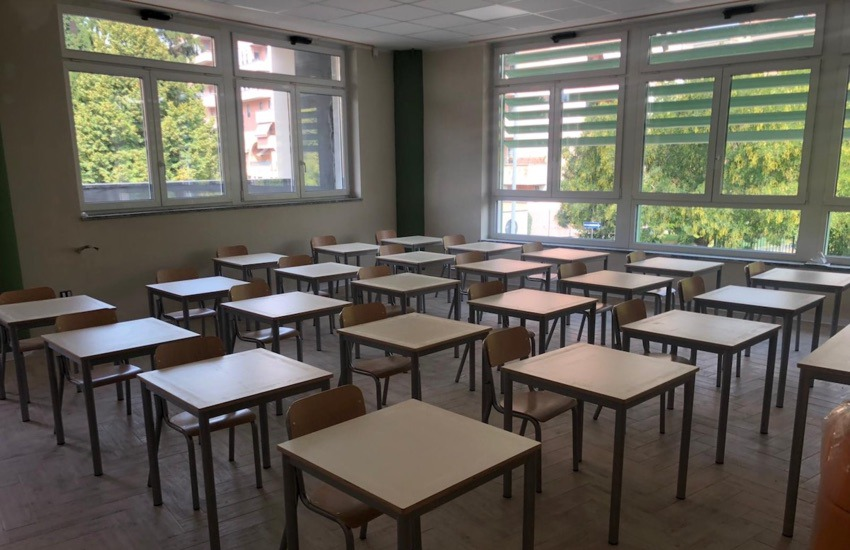 Milano, una procedura pubblica per il riuso dei banchi dismessi dalle scuole – Foto gallery