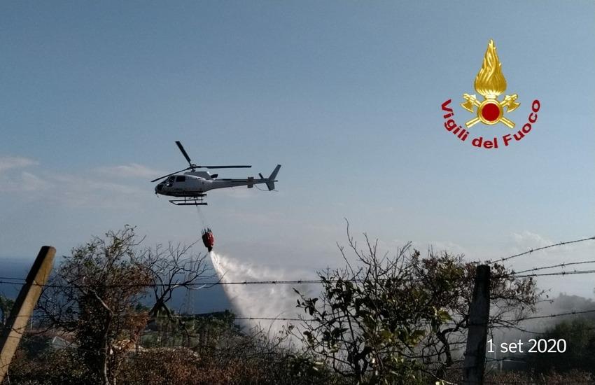 Vasto incendio sulla collina di Vampolieri. Panico tra i residenti, impegnato un elicottero
