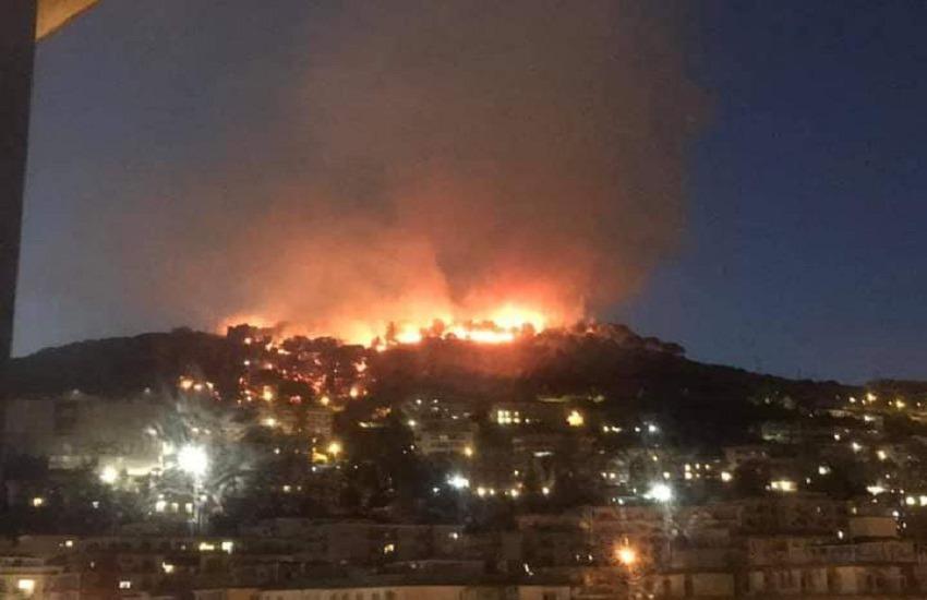 Salerno in fiamme, notte di fuoco sulle colline della città. Il video