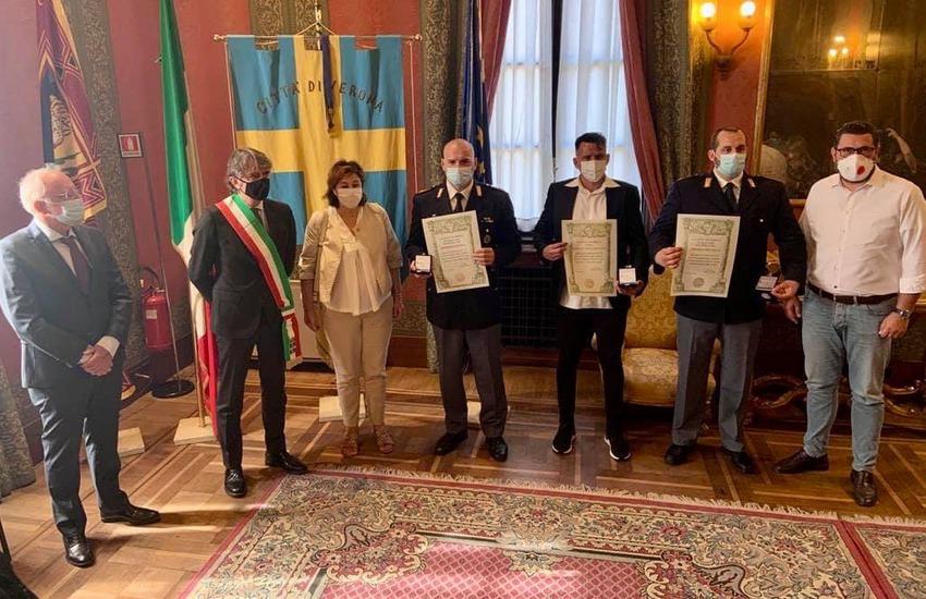 Sboarina premia i poliziotti e il cameriere gettatisi in Adige per salvare due persone