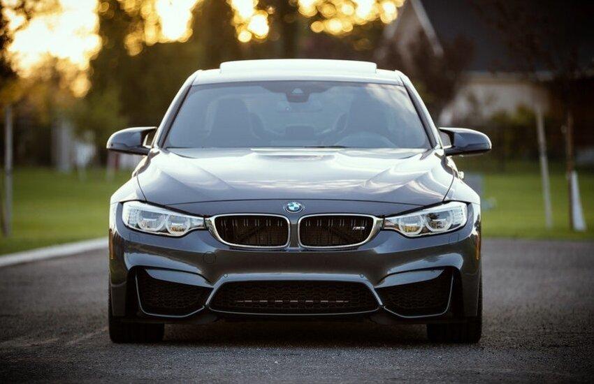 Gli rubano la BMW mentre va al lavoro: arrestati dalla squadra mobile