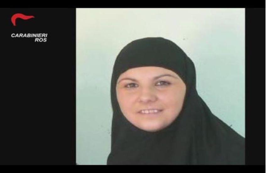 """Terrorismo: arrestata """"mamma Isis"""", l'italiana diventata combattente per il Califfato"""