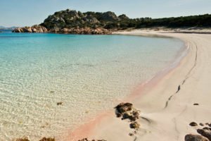 Budelli, dopo 42 anni un ligure restituisce la sabbia rosa: il racconto della figlia