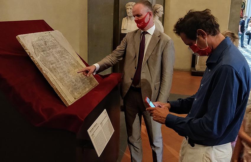Elkann in visita agli Uffizi, presidente della Ferrari affascinato dall'arte
