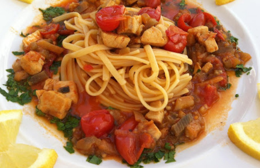 Ricetta siciliana. Spaghetti con pesce spada e melanzane