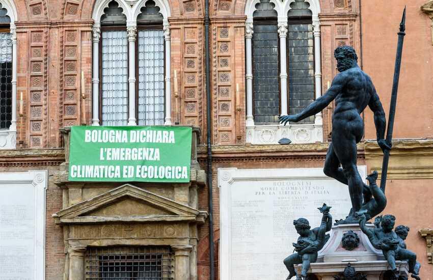 """Lo striscione """"Bologna dichiara l'emergenza climatica ed ecologica"""""""