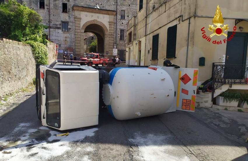 Terracina, rimossa l'auto cisterna che bloccava il traffico a Porta Romana