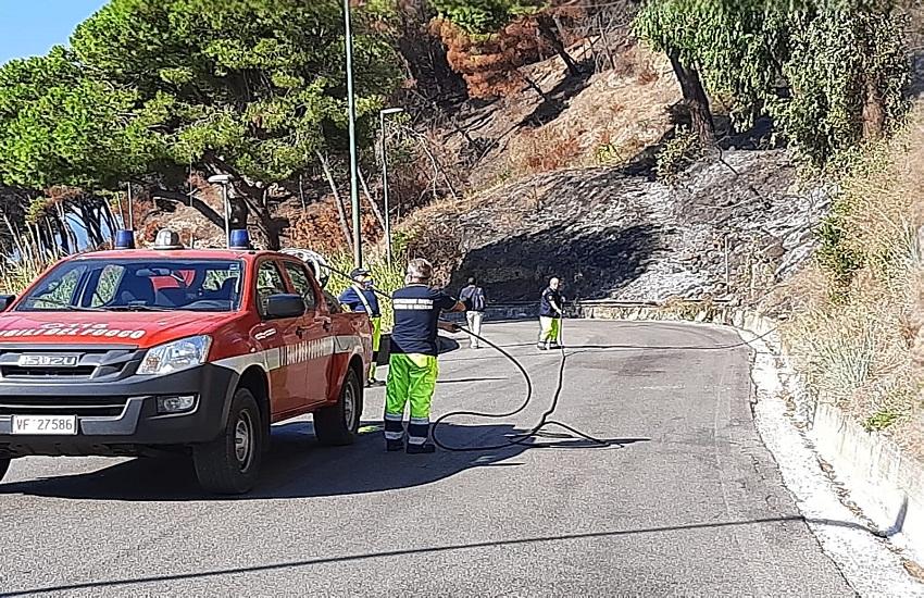 Salerno continua a bruciare, via Panoramica ancora off-limits al traffico