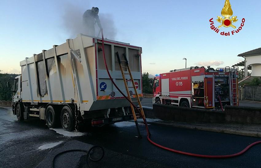 Incendio a San Vincenzo: mezzo pesante a fuoco