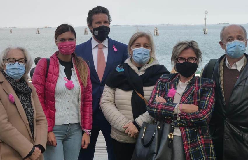 """Mestre San Giuliano, """"Cerimonia dei fiori"""" per ricordare le donne affette da tumore al seno che non ce l'hanno fatta durante il lockdown"""