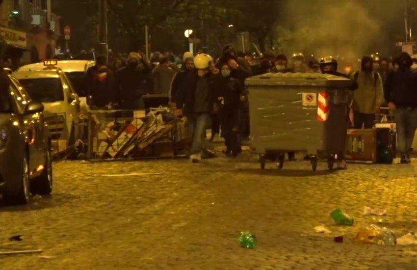 Guerriglia a Napoli, città messa a ferro e fuoco contro le misure anti-Covid di De Luca