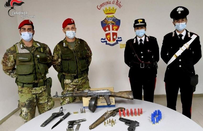 Seminara: arrestati padre e figlio, detenevano un arsenale in casa