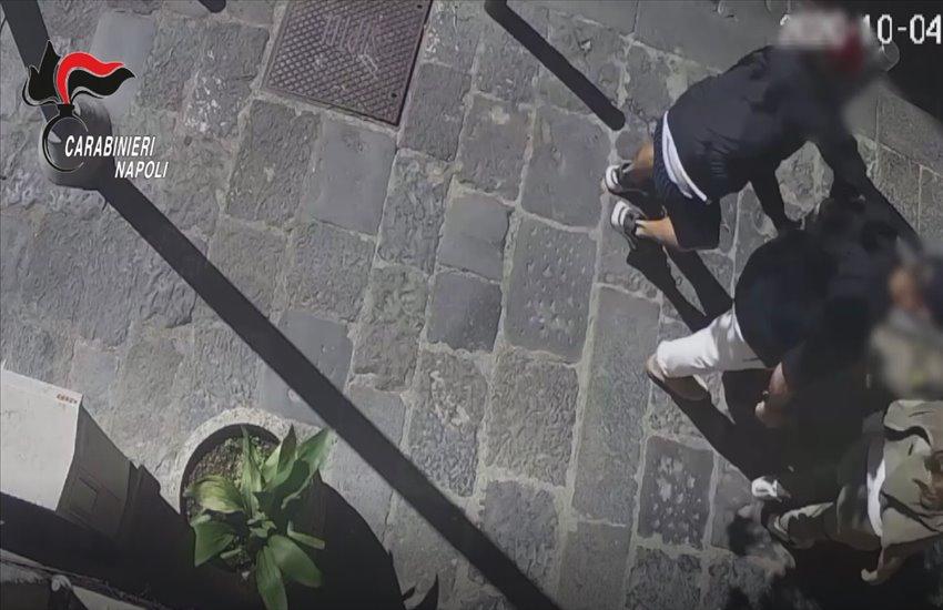 Quartieri Spagnoli, strappa ad un turista orologio da 140mila euro. Arrestato (VIDEO)