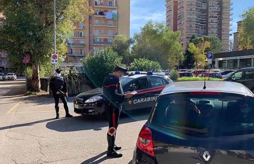 Minaccia la mamma di 91 anni con un taglierino, carabinieri arrestano ex calciante barricato in casa