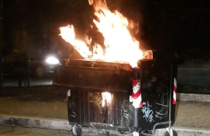 Follia a Fuorigrotta, incendia un cassonetto e resta rapito a guardare le fiamme