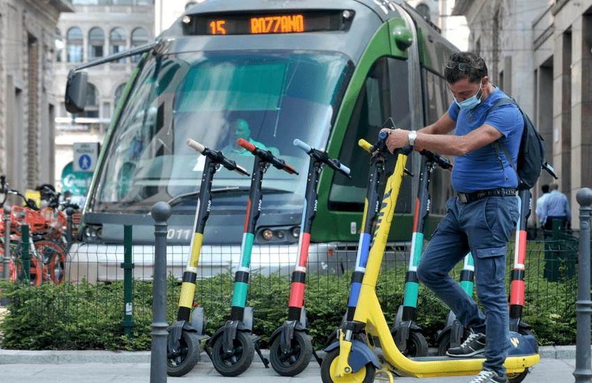 Milano, al via la rimozione di monopattini e biciclette in sosta vietata