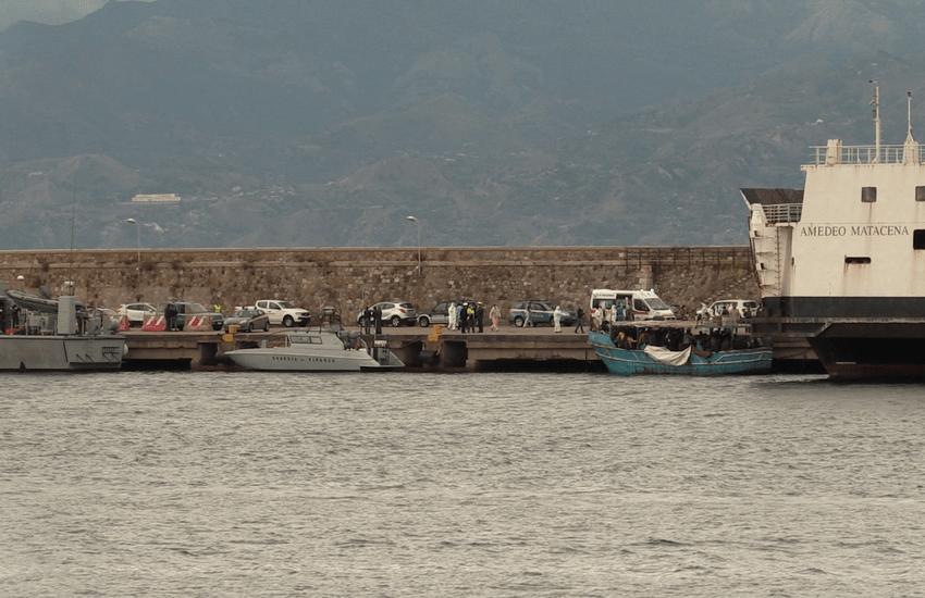 Sbarco al porto: arrivato un barcone con 77 migranti (video)