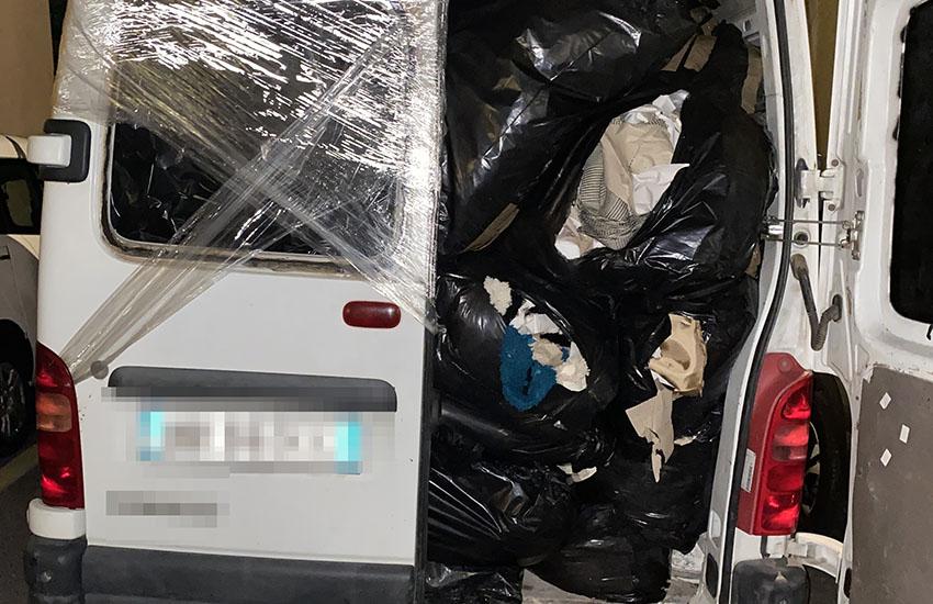 Trasporta illegalmente 10 quintali di scarti tessili, denunciato